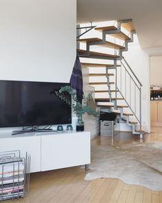 G o o d  m o r n i n g  M o n d a y ______________________ Startet gut in die neue Woche. Hier noch ein Bild unserer Wohnung in München. Im Haus haben wir eine ähnliche Treppe. Irgendwie verfolgt sie mich. Besonders schön finde ich die ja nicht. _________________________________ #treppenhaus #treppe #apartment #wohnung #apartmenttherapy #interiorfollowtrain #interior123 #interior125 #interiør #wohnzimmer #hauskauf #umbau #hausumbau2018 #bauherren2018 #häuslebauer #bauherren #renovierung…