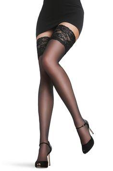 Punčochy Royale Black Velmi tenké, mírně lesklé samodržicí punčochy s propracovanou krajkou a silikonovými proužky. Jsou bez zasílené špičky, vhodné tedy do bot s otevřenou špičkou. Dotáhněte svůj outfït k dokonalosti a buďte sexy!
