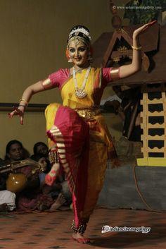 Manju-Warrier-dance-at-Vaikom-Mahadeva-Temple-(12)