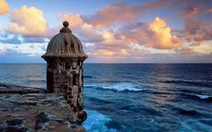 Fuerte El Morro en el Antiguo San Juan, Puerto Rico, al atardecer (Fort El Morro in Old San Juan, Puerto Rico, overlooking the ocean at sunset)