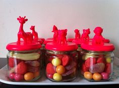 purchase jars at Dollar Store . glue plastic animals to lids and spray paint for party favor jars Birthday Treats, Circus Birthday, Party Treats, Holiday Treats, Birthday Party Decorations, Party Favors, Little Presents, Diy Presents, Bling Party