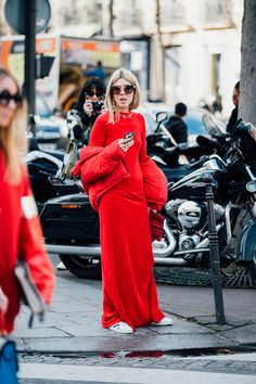 As the fashion pack arrives in the french capital for Paris Fashion Week, see the best street style looks and trends from the streets outside the shows. Estilo Fashion, Red Fashion, Fashion 2017, Womens Fashion, Fashion Trends, Paris Fashion, Fashion Outfits, Cool Street Fashion, Street Chic