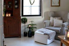 Sydäntalven väritys olohuoneessa on hillityn pellavainen maustettuna vihreällä. Decor, Storage, Bench, Furniture, Storage Bench, Home Decor