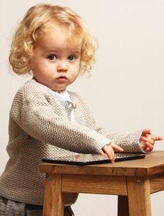 Den søde jakke er hæklet i et nemt mønster, der giver et fint farvespil i overfladen.