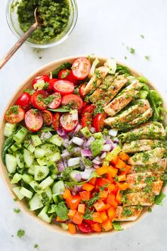 This fresh Chimichurri Chicken Chopped Salad is loaded with lettuces, cherry tomatoes, cucumber, bell pepper, red onions and grilled chicken. It's a complete meal to enjoy this summer! Chicken Zucchini, Grilled Chicken, Zucchini Lasagna, Salmon In Foil Recipes, Chimichurri Chicken, Butter Salmon, Healthy Eating, Clean Eating, Lunches