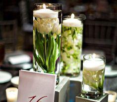 Az úszó gyertya alá helyezett virágszálaknál egyszerűbbet keresve sem találhatsz, ennek ellenére ez az egyik leglátványosabb dekoráció.