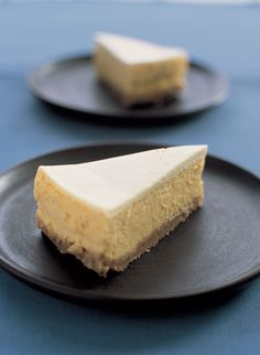 London Cheesecake by Nigella Lawson This is delicious! It uses 3 egg yolks, too, which is very useful if you need to make 2 desserts - make this and a pavlova! Lemon Cheesecake, Cheesecake Recipes, Dessert Recipes, Maltesers Cheesecake, Cheesecake Crust, Classic Cheesecake, Homemade Cheesecake, Cupcake Cakes, Cupcakes