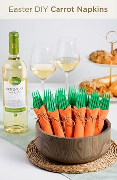 Add a pop of color to your spring brunch with this quick and quirky DIY. To make these adorable Carrot Napkin Bundles, wrap green utensils in orange napkins, secure with twine, and arrange in a bowl. Easter Dinner, Easter Party, Easter Table, Easter Gift, Sauvignon Blanc, Baby Shower Brunch, Baby Showers, Easter Recipes, Holiday Recipes