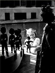 Petite fille devant une vitrine de jouets, 1950, Izis = Israëlis Bidermanas. (1911 - 1980)