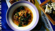 Luštěniny obecně patří ke zdravým potravinám. Vyzkoušejte recept na lehkou polévku, která vás překvapí novými chutěmi. Skvělá kombinace vhodná pro teplejší dny.