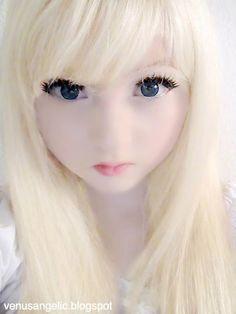 La chica de la foto anterior Venus Angelic, una muñeca viviente como se puede ver. Venus Angelic es el nombre de usuario en Youtube de Venus Palermo, una chica de Londres que se ha vuelto viralmente famosa por haberse convertido a sí misma en un fetiche de muñeca japonesa