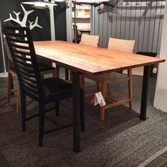 Matbord i massivt trä med stålben, trästol med vadderad läder sitts