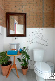 Seguindo a atmosfera descontraída, os trechos das paredes que não foram descascados a fim de exibir os tijolinhos originais da construção ganharam frases escritas por um calígrafo.