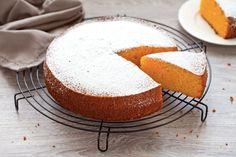 La torta Camilla è la versione maxi delle famose merendine alla carota. È un dolce semplice e sano, senza burro, ma dal gusto goloso
