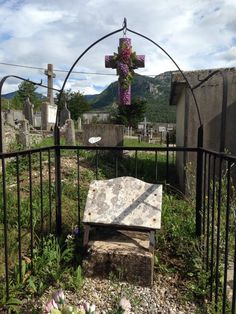Foto door Perrie Hoekstra gemaakt in Frankrijk Zomer 2014 @AnnetteVostNC nog eentje pic.twitter.com/x01XqTCmpv Cemetery Flowers, Famous French, Ceramic Flowers, Porcelain, Outdoor Structures, Ceramics, Twitter, Handmade, Beautiful