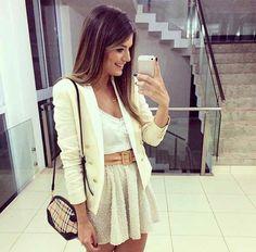 Blazer off white detalhes dourados + blusa delicada branca + saia champagne soltinha + cinto grosso cor couro + bolsinha mix cores do look
