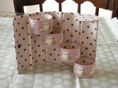 This could be done from a pringles can and toilet rollsCartonnage with toilet paper rolls TEACUPSUse toilet paper roll to create a gift box for tea lights - bjl- Picture tut with Japanese text? Toilet Paper Roll Art, Rolled Paper Art, Toilet Paper Crafts, Paper Towel Tubes, Paper Roll Crafts, Cardboard Crafts, Diy Paper, Diy Projects To Try, Crafts To Make