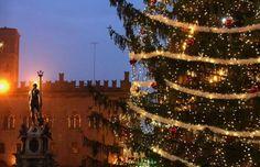 Compras de Navidad en las calles del centro de Bolonia, Italia