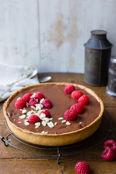 This super delicious Thermomix raspberry chocolate tart is the perfect dessert after dinner. You can prepare it in advance and leave it in the fridge. Thermomix Desserts, Dessert Recipes, Bellini Recipe, Le Diner, Mousse, Raspberry Chocolate, Chocolate Tarts, Sweet Recipes, Cooking Recipes