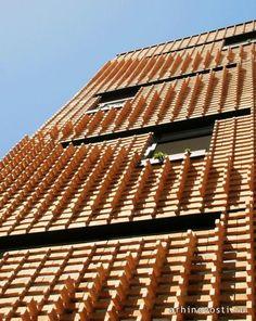 Возможно ли создать интересное строение в бедном районе города, располагая крайне ограниченным бюджетом и не имея возможности привлечь к процессу строительства спроектированного объекта квалифицированных рабочих? В такое верится слабо, тем не менее, иранскому архитектору Алирезу Машхадмирза (Alireza Mashhadmirza) удалось...