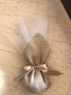 Μπομπονιέρα γάμου με μαντήλι καμβά... Inexpensive Wedding Invitations, Glitter Wedding Invitations, Wedding Confetti, Wedding Gift Baskets, Wedding Gift Boxes, Handmade Wedding, Diy Wedding, Pink Wedding Centerpieces, Wedding Decorations