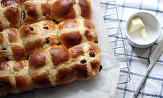 Hot cross buns - recette * Les hot cross buns sont de petites brioches aux fruits secs et aux épices marquées par une croix. Traditionnellement, elles se dégustent sorties du four le vendredi saint. Mais comme les brioches ou les Chelsea buns, elles font un parfait petit déjeuner du dimanche.