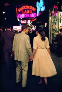 Brassai – 1957 Couple Walking in Times Square — Dating with a bit of restraint and personal dignity. Very nice. - Brassai - 1957 Couple Walking in Times Square Amor Vintage, Vintage Love, Vintage Romance, Retro Vintage, Vintage Kiss, Wedding Vintage, Couples Vintage, Cute Couples, Vintage Couple Pictures