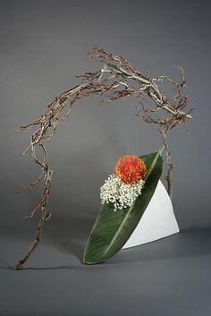 Ikebana incorporating space by sogetsudc, via Arrangement Contemporary Flower Arrangements, Creative Flower Arrangements, Ikebana Flower Arrangement, Ikebana Arrangements, Flower Vases, Flower Art, Floral Arrangements, Cactus Flower, Art Floral