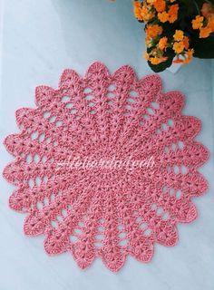 Produto 100% artesanal, feito em crochê. Confeccionado em linha 100% algodão (barbante). Diâmetro de aproximadamente 38 cm, podendo haver variação por se tratar de um produto artesanal. Confeccionados também em outras cores, com prazo para confecção de 5 dias úteis. Pedido mínimo de 4 unidades.