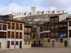 Castillo de Peñafiel y Plaza del Coso.  A lo largo del año, hace las veces de plaza de toros durante las fiestas de San Roque de agosto y sirve de lugar para la Bajada del Ángel, el Domingo de Resurrección.