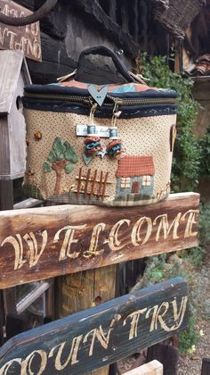 . Country Quilts, Crochet Handbags, Love Sewing, Baby Items, Mini, Projects To Try, Pouch, Reusable Tote Bags, Basket
