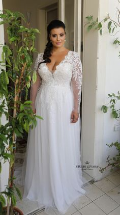 Stunning romantic plus size bridal gown with long sleeves an.- Stunning romantic plus size bridal gown with long sleeves and tulle skirt. Traci… Stunning romantic plus size bridal gown with long sleeves and tulle skirt. White Lace Wedding Dress, Plus Size Wedding Gowns, New Wedding Dresses, Bridesmaid Dresses, Wedding Lace, Full Figure Wedding Dress, Wedding Dresses For Curvy Women, Filipiniana Wedding, Bridal Lace