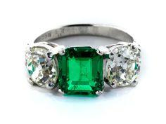 Ringweite: 53. Gewicht: 6 g. Platin. Um 1910. Beigefügt ein Befundbericht von GCS Nr. 5776-6429 vom Juli 2016. Klassisch eleganter Ring mit einem achteckig...