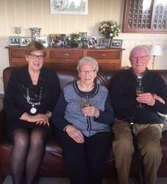Proficiat! Burgemeester H. van Rijnbach feliciteerde op 31 december het echtpaar Schipperen-Kerremans met hun 60-jarig huwelijk.
