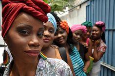 Por meio de oficinas sobre turbantes e maquiagens, mulheres refugiadas que vivem no Rio discutiram temas relacionados à autoestima e à prevenção da violência de gênero. Foto: ACNUR