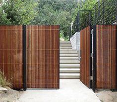 I like this timber fence & gate Modern Wood Fence, Wood Fence Design, Modern Fence Design, Timber Gates, Wooden Gates, Wood Fence Gates, Timber Fencing, Diy Fence, Fence Ideas