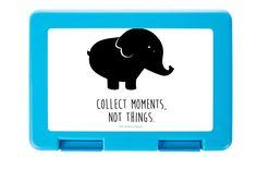 Brotdose Elefant aus Premium Kunststoff  schwarz - Das Original von Mr. & Mrs. Panda.  Diese wunderschöne Brotdose von Mr. & Mrs. Panda ist wirklich etwas ganz Besonderes - sie ist stabil, sehr hochwertig und mit einer exklusiven und schimmernden bedruckten Aluminiumplatte  ausgestattet.    Über unser Motiv Elefant  Dickhäuter kommen neben dem Zoo in freier Wildbahn in der Savanne vor und sind die größten lebenden Landtiere. In Afrika und Asien ist der Elefant heimisch. Die Rüsseltiere sind…