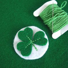 I made a couple of Shamrock pins for St Patrick's Day. Quite last minute, but if you want to make one too here is a little how-to. St Patrick's Day Crafts, Diy Arts And Crafts, Felt Crafts, Decor Crafts, Saint Patrick, Sewing Projects, Craft Projects, Projects To Try, Felt Projects