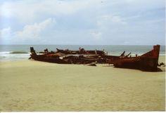 1989, Trümer eines japanischen Kriegsschiffes aus dem Jahr 1945 am Strand von Vung Tau im Süden Vietnam;   1989, ruins of a Japanese warship in the year 1945 on the beach of Vung Tau in southern Vietnam;