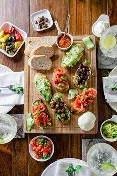Wenn ich mit meinen Liebsten italienisch essen gehe, dann kann ich mir eins einfach nicht verkneifen: Vor dem eigentlichen Essen muss eine große Bruschetta-Platte in die Mitte des Tisches, die sich alle gemeinsam teilen. Denn Essen, das man teilen kann, ist toll. Es verbindet! Und nicht nur Liebe, sondern auch Freundschaft geht durch den Magen. …