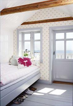 Sofias rum på övervåningen har egen balkong med husets bästa utsikt. Blommig tapet från Jane Church...