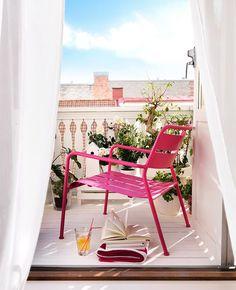 Oser le rose pour la déco du balcon | My Blog Deco Outdoor Chairs, Outdoor Furniture, Outdoor Decor, Deco Rose, Petites Tables, Blog Deco, Summer Time, Happiness, Home Decor
