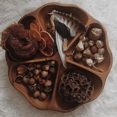 """Leah Damon on Instagram: """"Current treasures on the Winter nature table ✨🍄🍂🌙❄️ . . . #naturetreasures #naturetable #earthtreasures #collectors #acorns #feathers…"""" Nature Table, Damon, Natural Materials, Feathers, Bronze, Invitations, Winter, Instagram, Winter Time"""