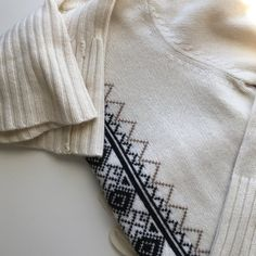 LOFT SWEATER. This LOFT Ann Taylor sweater is absolutely gorgeous. Almost brand new condition. No stains or rips. Size Medium. LOFT Sweaters
