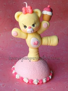 porcelana fria - Cute teddy bear holding cupcake