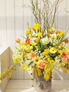 今月は春の大忙しシーズンで、花に囲まれた毎日を過ごしました。 なかなかブログも更... Yellow Flower Arrangements, Vase Arrangements, Yellow Flowers, Big Flowers, Flower Room Decor, Flower Decorations, Hotel Flowers, Corporate Flowers, Easter Flowers