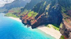 誰もが愛してやまない、限りなく理想に近い島、ハワイ。アクセスのよさではオアフ島が人気ですが、緑豊かな「庭園の島」カウアイ島の魅力は、ドラマティックな絶景です。太古からのドラマを感じる絶景 ベルベットのようなグリーンに覆われた壮大なナパリ・