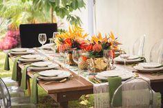 decoracion de eventos  silla ghost camino de mesa tropical centro de mesa tropical  mesa de madera nogal cubierto dorado