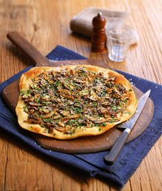 Truffle mushroom pizza This tomato-free pizza, also known as a pizza bianca, is topped with button, oyster and portobello mushrooms Mushroom Pizza Recipes, Chicken And Mushroom Pie, Mushroom Pasta, Veggie Recipes, Vegetarian Recipes, Cooking Recipes, Vegan Meals, Truffle Oil, Gourmet
