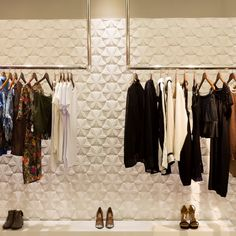 This boutique interior by Brazilian architect Guilhelme de Vasconcelos features a red faceted wall that references the angular qualities of polished gems. Boutique Design, Design Shop, Boutique Decor, Store Design, Clothing Boutique Interior, Showroom Interior Design, Diy Clothes Rack, Hanging Clothes Racks, Store Layout